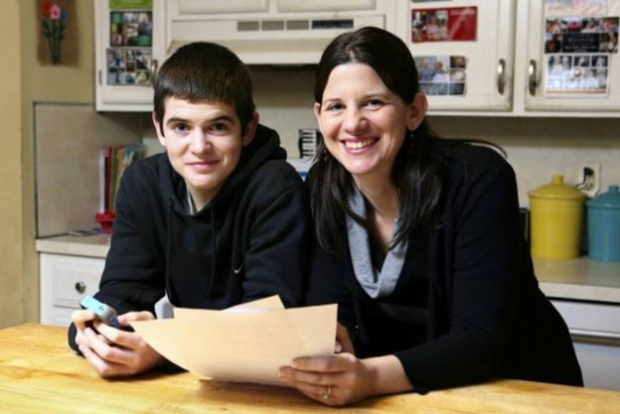 El contrato que una madre exigió a su hijo para tener un iPhone