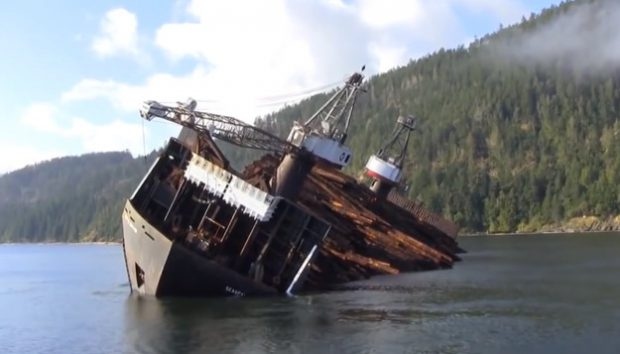 Así es como descargan un barco lleno de troncos en Canadá, en cuestión de segundos
