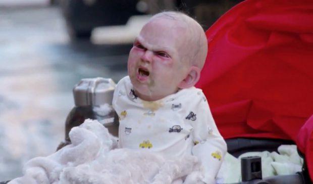 Bebé robótico satánico promociona una película en Nueva York (Vídeo)