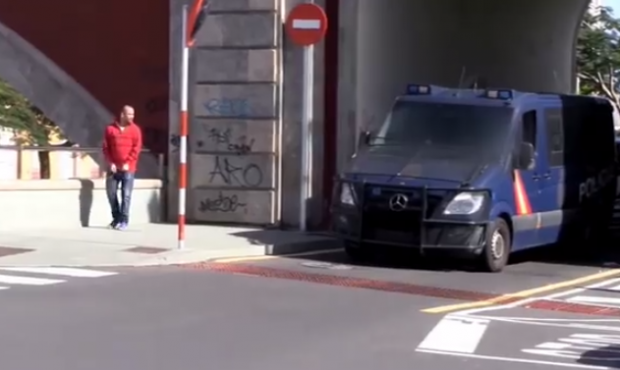 Está grabando un vídeo para Youtube y casi acaba detenido por la policía