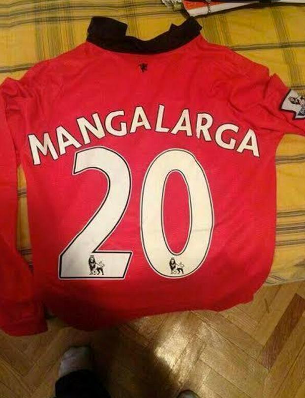 Pedir una camiseta de manga larga del Manchester United a una web china y que te envíen esto