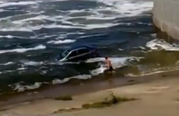 Mientras tanto en Rusia... Lo típico, se cae un coche al agua y lo sacan al estilo ruso