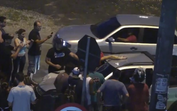 Circula 6 kilómetros con el cuerpo de un hombre incrustado en su parabrisas (Vídeo)