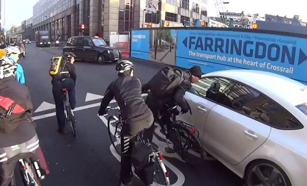 El conducto de un Audi A7 se baja del coche y le pega un puñetazo a un ciclista