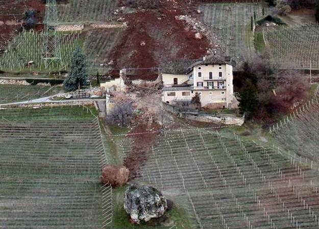 Gigantesco desprendimiento de rocas destroza una casa en Termeno, Italia (Vista aérea)