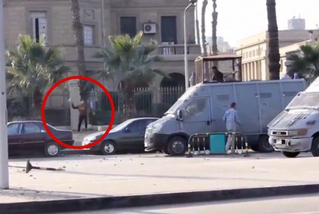 Estudiante egipcio tira un cóctel molotov a un policía durante una manifestación