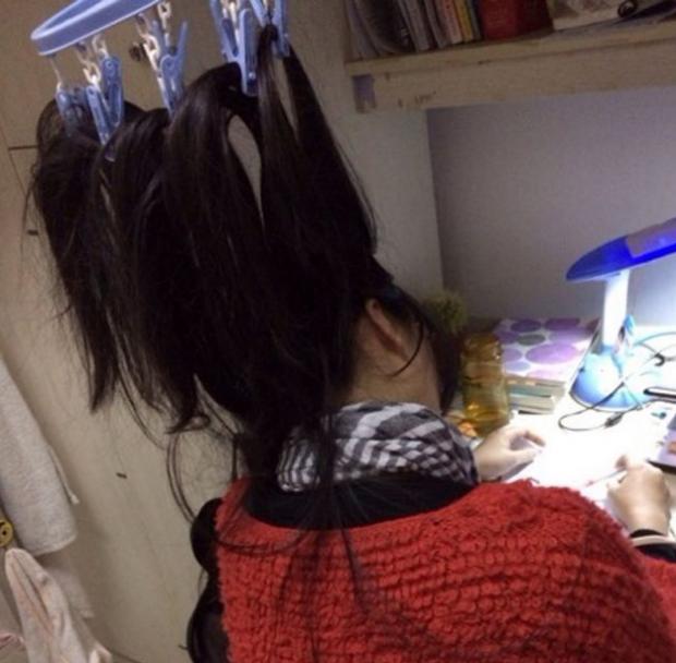 Estudiantes chinas atan su pelo con pinzas para no dormirse y poder estudiar toda la noche