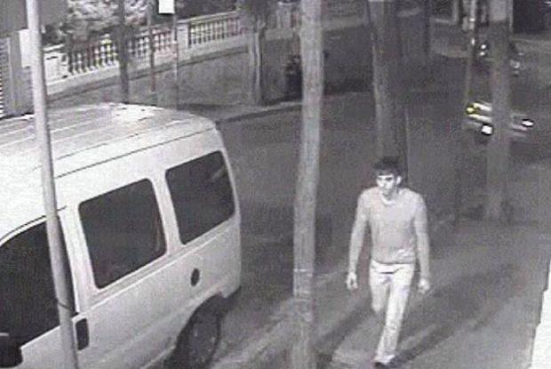 Joven, alto y delgado... se busca al 'violador del cúter'. Foto distribuída por los Mossos