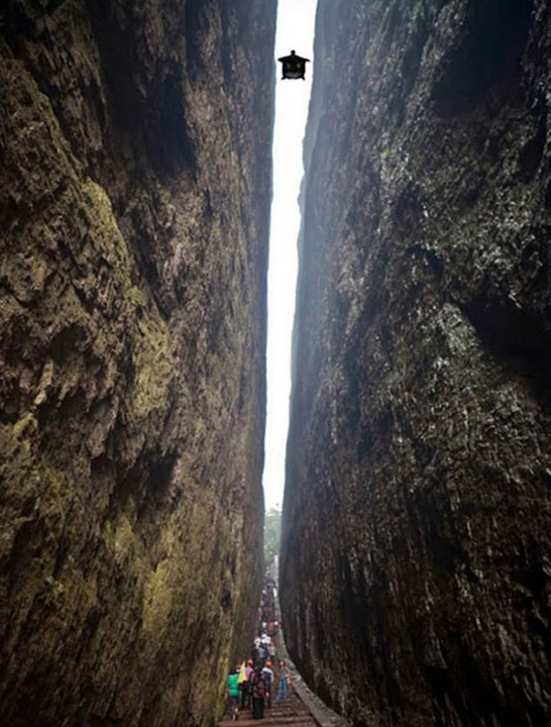 Impresionante salto de Jeb Corliss en las montañas de Lang Shan, China