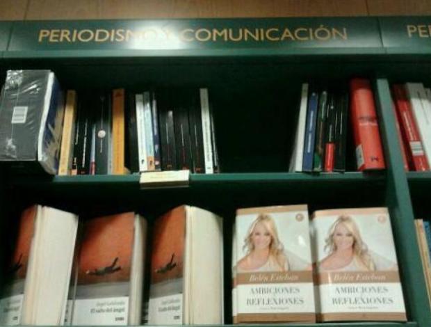 Sevilla. Casa del Libro. Estantería de Periodismo y Comunicación...