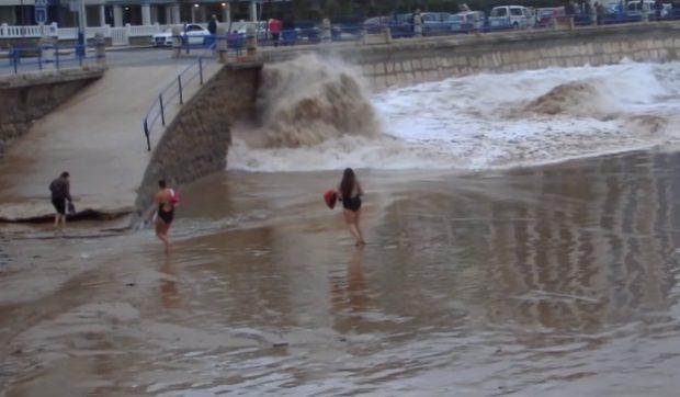 Vídeo del momento en el que una ola engulle a una mujer en la playa del Sardinero