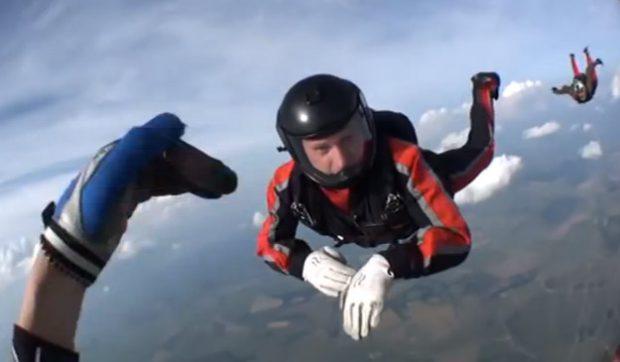 Un paracaidista queda inconsciente durante un salto y lo salvan sus compañeros (Vídeo)