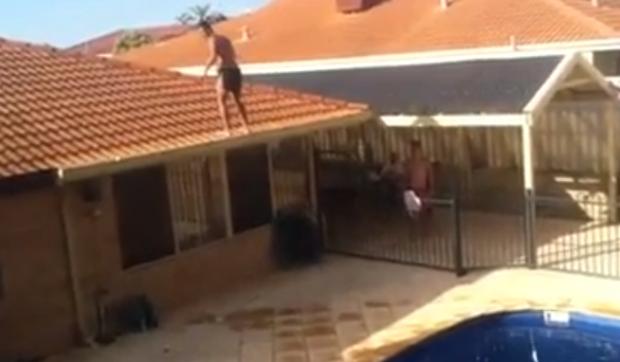 Peligroso backflip desde el tejado de la casa a la piscina