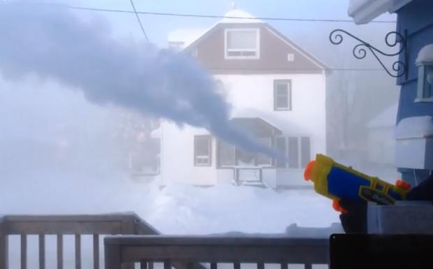 Esto es lo que ocurre cuando disparas una pistola de agua a -41ºC