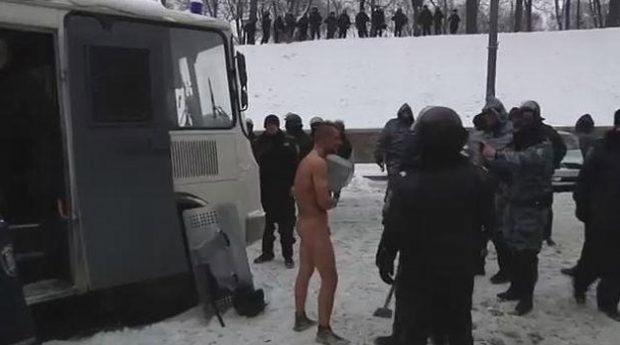 La policía ucraniana mantiene a un detenido desnudo a -10ºC (Vídeo)