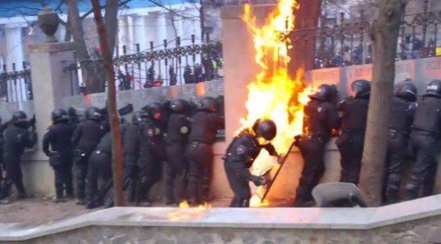 Policía ucraniana vs. cócteles molotov