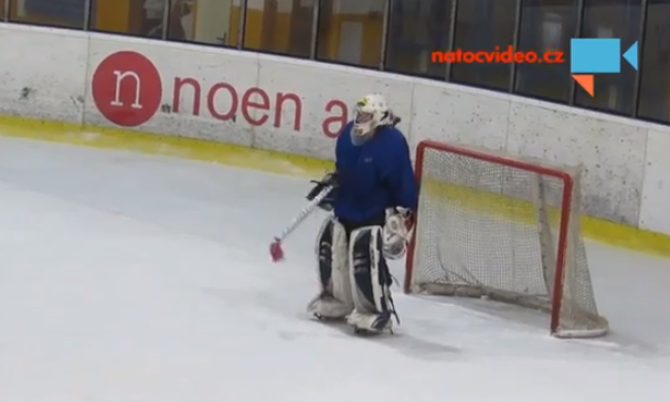 Portero de hockey sobre hielo borracho