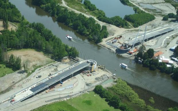Un empresa sevillana construye al revés el primer puente levadizo de Chile