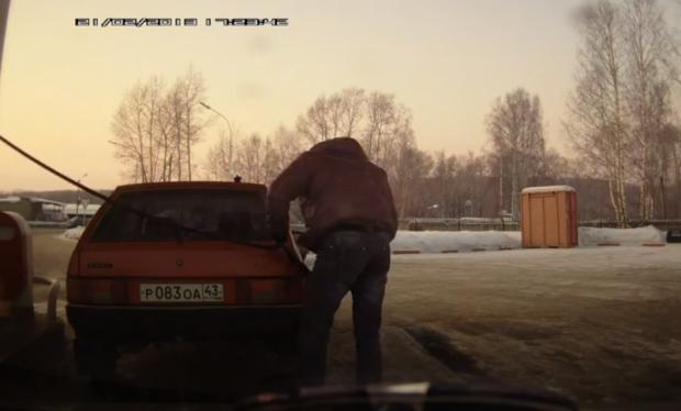 Cuando en la gasolinera no te llega bien la manguera para repostar (Rusia)