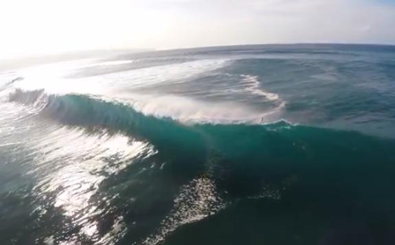 Surfistas grabados desde un cuadricóptero cabalgando la ola Pipeline, en Hawaii