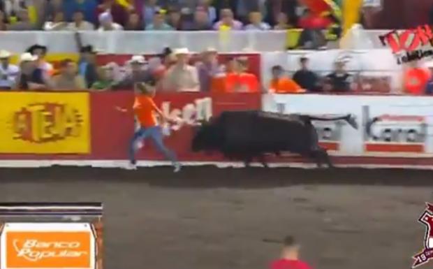 Toro haciendo volar por los aires a una mujer