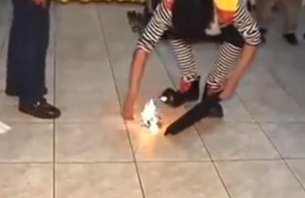 Truco de magia fallido: Un payaso quema una paloma viva en un cumpleaños