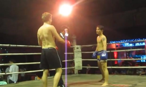 Un turista en Tailandia tenía ganas de saber cómo es un combate real de Muay Thai