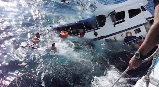 Vídeo del hundimiento de un barco de buceo con 13 personas en Phuket, Tailandia