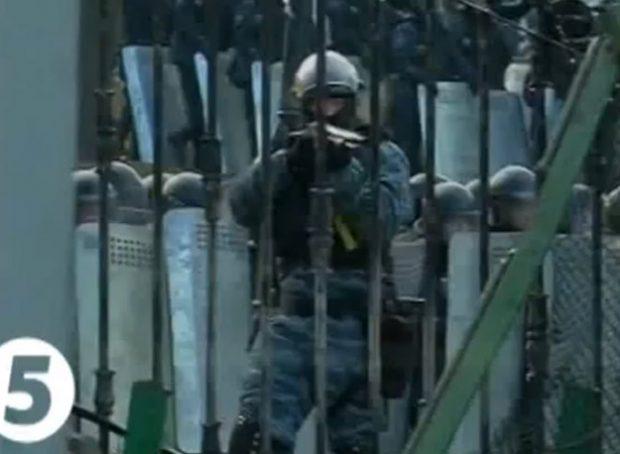 Impresionante vídeo de un policía ucraniano que dispara de frente a un periodista