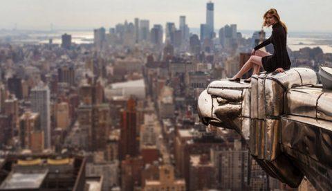 Lucinda Grange con Manhattan de fondo, en un borde del Chrysler Building de Nueva York