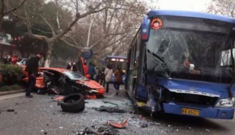 Un Aventador se estrella contra un autobús de frente