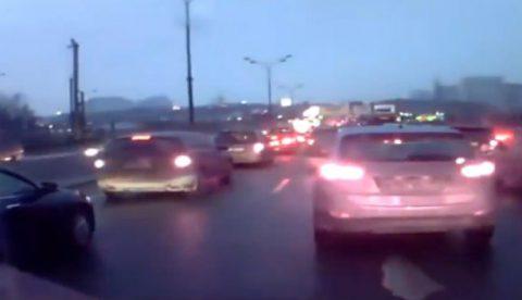 Un camión embiste a varios vehículos parados en un atasco
