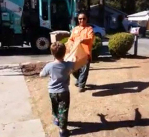 Momento conmovedor: El conductor de un camión de basura le regala a un niño autista su propio camión de juguete
