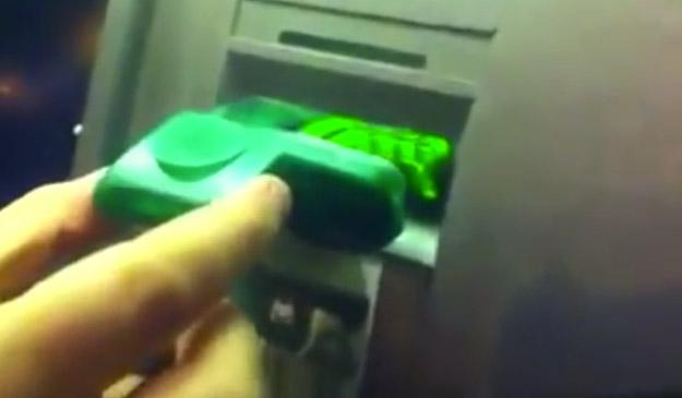 Desarmando un cajero automático manipulado para clonar tarjetas (Vídeo)