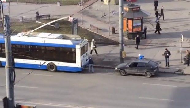 A dos hombres se les ocurre enganchar un coche a autobús. Esto es lo que sucede...