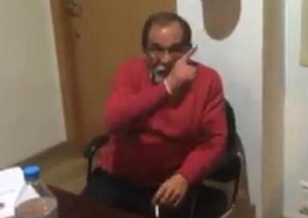 El alcalde de Benaoján (Málaga) responde ladrando cuando le piden que deje de fumar en el salón de plenos