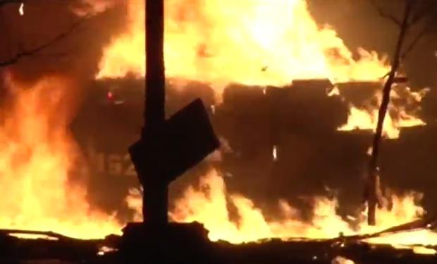 Manifestantes ucranianos destruyen carro blindado con cócteles molotov