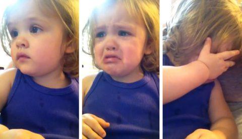 Una niña de dos años se emociona al escuchar la canción de boda de sus padres