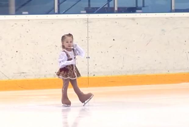Niñas que apenas saben andar y que ya practican patinaje artístico sobre hielo