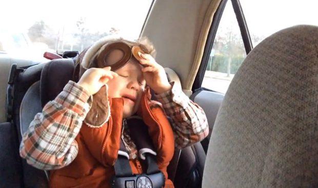 El niño que siente la música de verdad: Llorando a moco tendido escuchando ''Say Something''