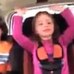 Madre grabando a sus hijos mientras conduce...
