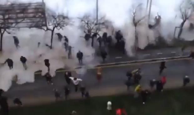 La espectacular ola que azotó a decenas de personas en Gijón