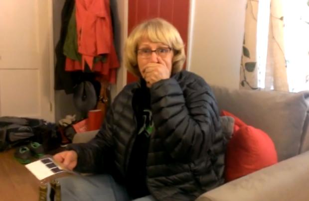 Reacción de una madre cuando su hijo le regala unas entradas para la Super Bowl