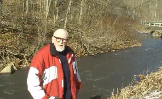 Va a hacer un reportaje sobre un río contaminado con residuos de carbón y le ocurre esto...