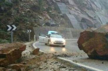 Ojo a la pedazo roca que cayó a una carretera en Málaga...