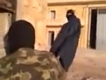 Soldado ''jugando'' con un francotirador