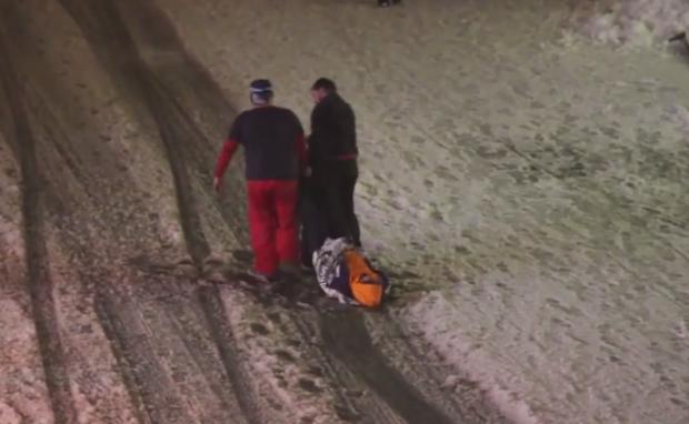Dos turistas rusos vuelven al apartamento arrastrando a su amigo borracho