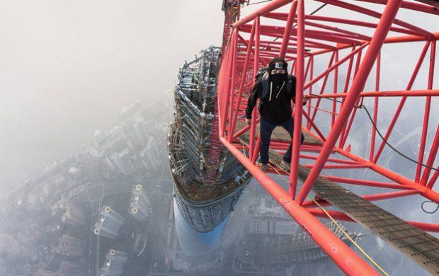 Dos chicos escalando el rascacielos Shanghai Tower (632 m.)