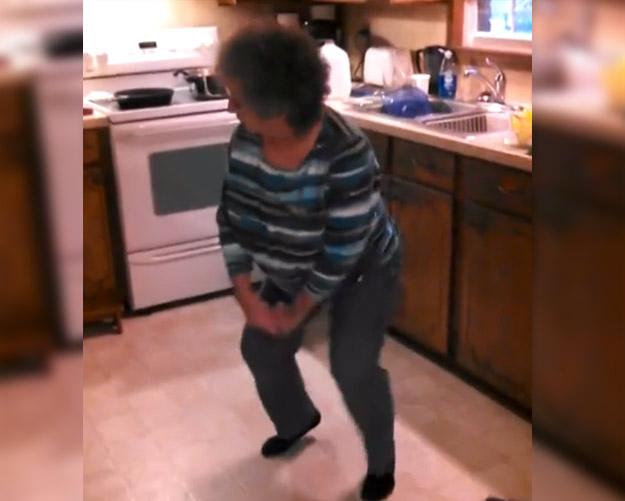 Abuela bailando el ''Ice Ice Baby'' mientras cocina