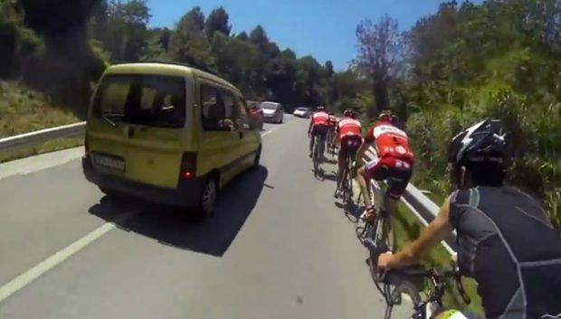 Una conductora hace un adelantamiento temerario a un grupo de ciclistas